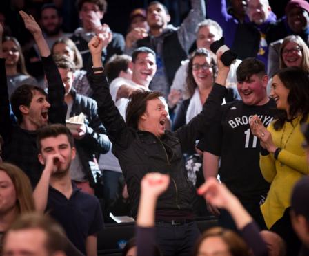 The Beatles Polska: Paul McCartney walczy o darmową koszulkę na meczu koszykówki