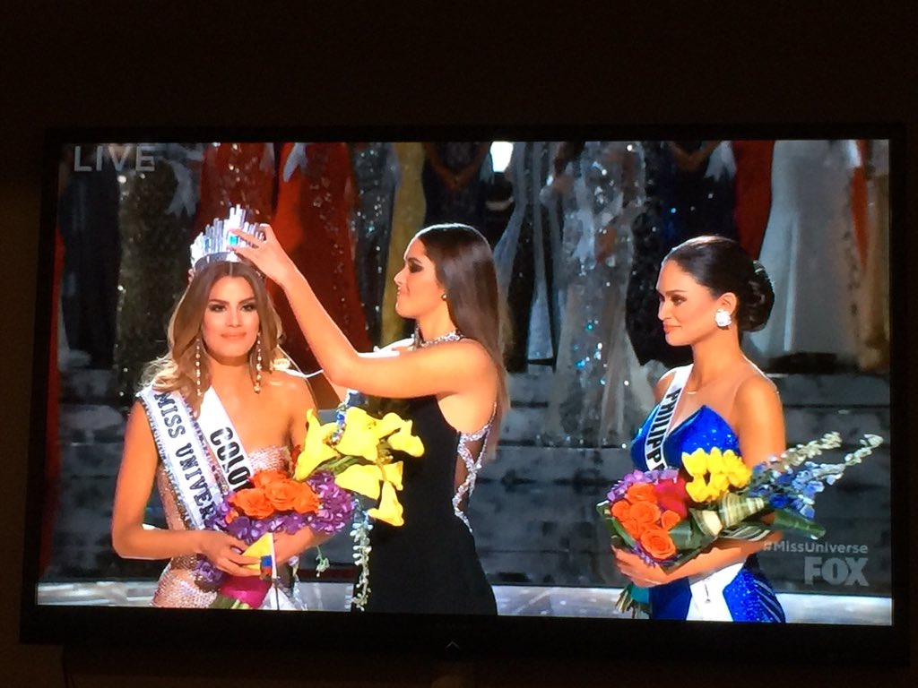 Host reads wrong name on #MissUniverse2015 card. Miss Colombia crowned then the other shoe drops. Miss Philippines! https://t.co/0PKBVb8DxT