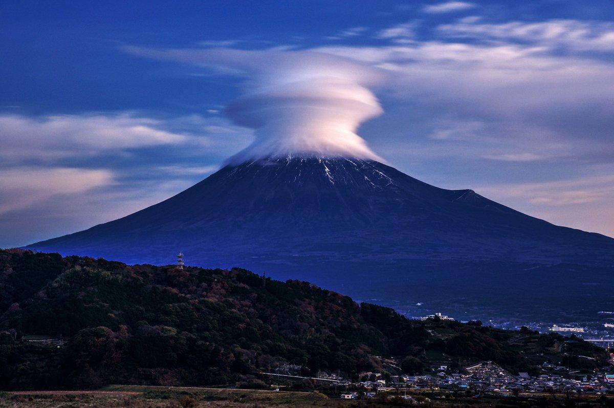 夜明けの時間に見られたキノコのような笠雲! pic.twitter.com/wsNMOcFrzw
