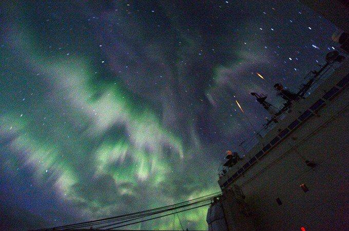 おはようございます!今日は二十四節気の一つ「冬至」です。一年中で最も昼が短く、なが~~~い夜が満喫できます♪「しらせ」上空に出現した幻想的なオーロラをご覧あれ~♪(おがちん♪)海自FB引用#冬至 #しらせ pic.twitter.com/XSEACTOWRo