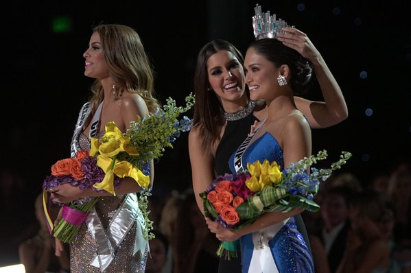 LOOK: @PiaWurtzbach crowned as the 64th Miss Universe. #MissUniverse2015 | Photos from @MissUniverse