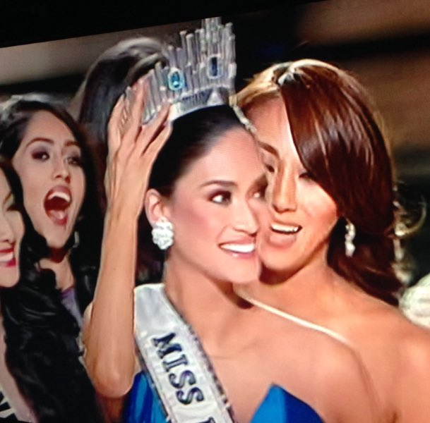 Our girl gets the crown! ❤️❤️❤️ #MissUniverse2015 https://t.co/dQq9PxNO6e