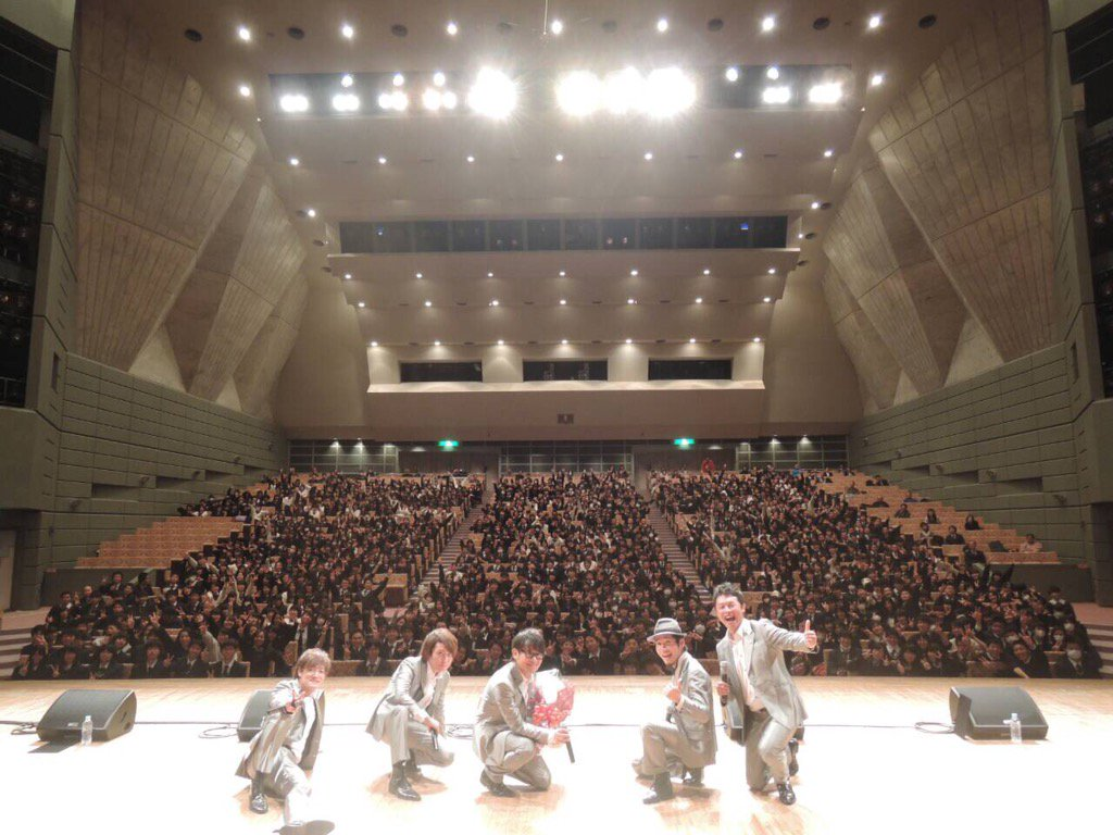 埼玉久喜の鷲宮高校のみなさんと。香港から昨夜戻って今朝は学校公演。いろんな所でINSPiのハーモニーを聴いてくれる人がいるのはありがたいことです。みんな楽しんでくれたかい?また聴きに来てね。12/25は6人の完全体を届けるよ。 https://t.co/XA5gO73ZTj