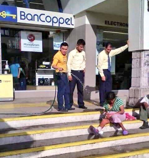 Gerente de un banco en Nayarit corre a indigentes mojándolos con una manguera. Hagan algo #Coppel, #epicfail   https://t.co/35ipC4CV9m