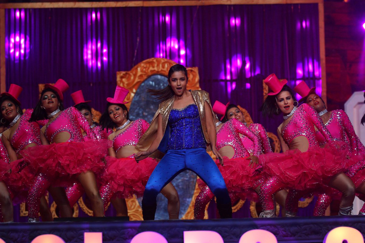 Alia Bhat left the audience spell bound with her Shaandaar performance at the #SansuiColorsStardustAwards! Stardust Awards 2016 Images/Pictures