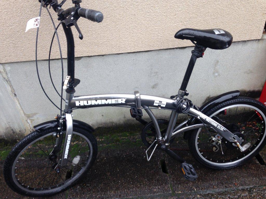 【京都この自転車の持ち主の人いますか?】家の近所にたぶん盗まれて置き去りにされたHUMMERの自転車あり。近所の人が警察に通報済だが遺失物届けなしとのことで近日撤去されます。探してるかもしれないし、と思って。 https://t.co/SrP1qrFGja