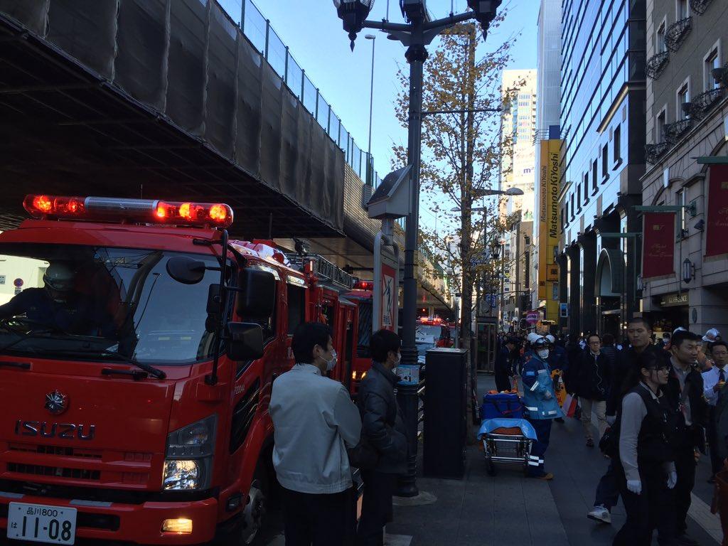 オフィスの前@六本木 火災通報があり騒然。。エアコンの室外機が爆発?鎮圧した模様 https://t.co/KkmqgI8SFd