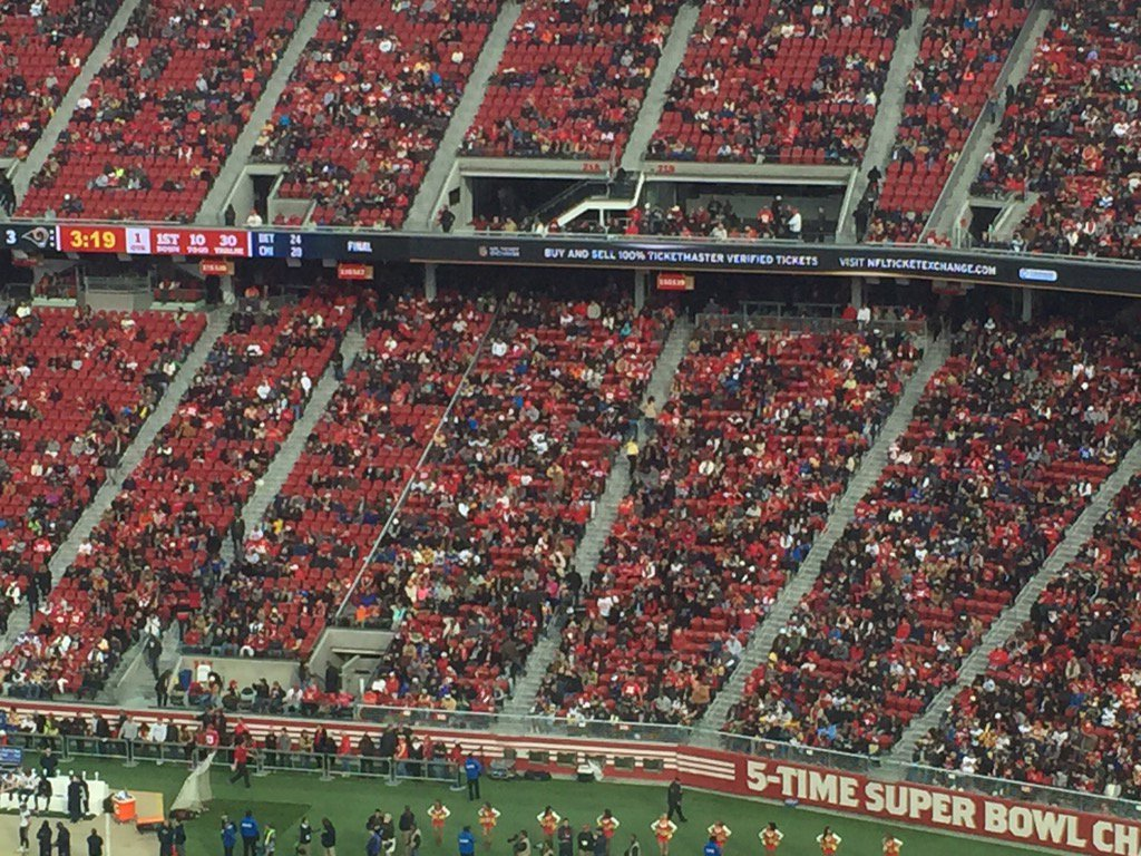 Lots of 49ers fans came dressed as red seats. Must be a baseball town. https://t.co/ve4gzv4D1T