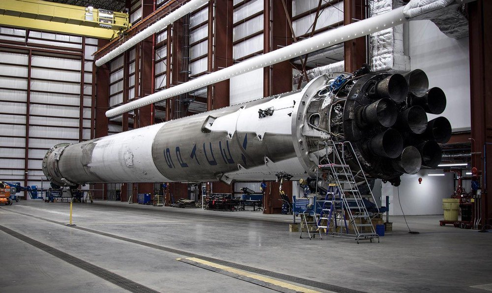 SpaceX posted another photo of the Falcon 9 first stage in the hangar, this time showing the full stage: https://t.co/hJeLXQPk37