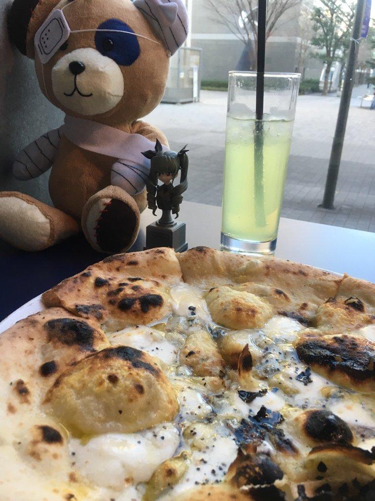 立川シネマカフェ裏メニュー、三種のチーズピザ作戦を発動させたのだった。味はチーズとドューチェ味。 https://t.co/FLbMnvovb3