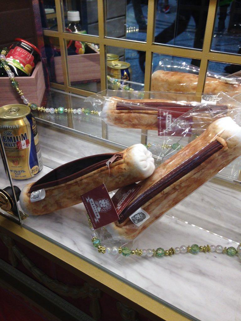 チクワのペンケースのお土産なんかも。店員さんの服はタカラヅカ風?凄いお洒落感。でもここは大阪。飛び交う関西弁。ショッパー(?)も本当たまらん。パンが無ければチクワを食べれば良いじゃない!!新幹線でつまめる練り物も売ってるよ。 pic.twitter.com/7uwdymf9uV