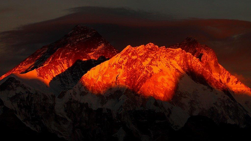 2016年1月1日、赤く染まるエベレストを狙っていましたが、この日の主役はヌプツェ峰。ヌプツェ峰が燃えた。 pic.twitter.com/GGjEVycciQ