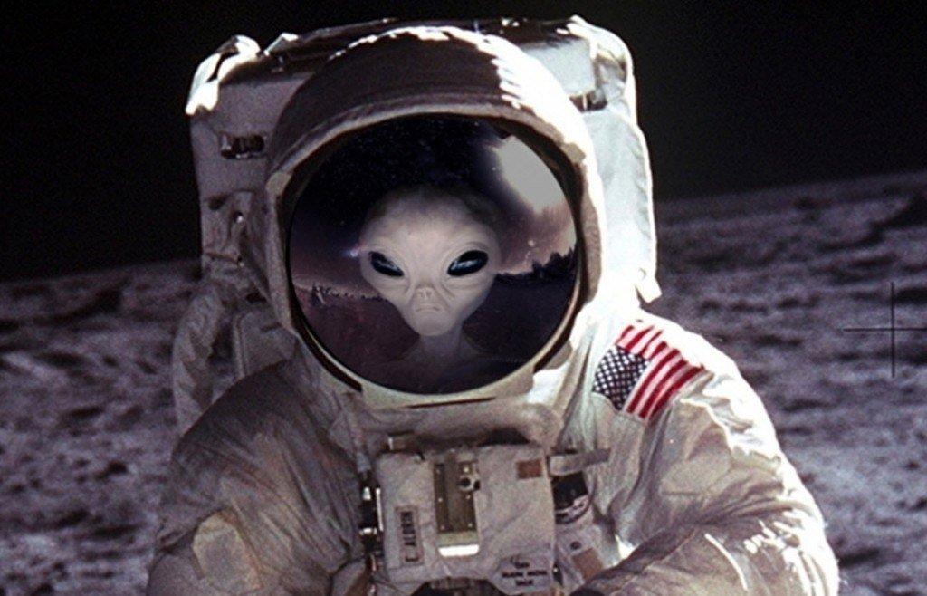"""UFO Alieni: """"c'è qualcun altro sulla Luna"""" (VIDEO YouTube)"""