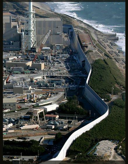 """【「浜岡原発」の奇妙な薄い壁 なに? これ? 】完全に自然を舐めてます。大津波が来れば、この""""壁""""が凶器になって原発を破壊します。僕は311であの凄い津波をみています。 https://t.co/Tne0LtILbu https://t.co/GDmOtDzfAX"""