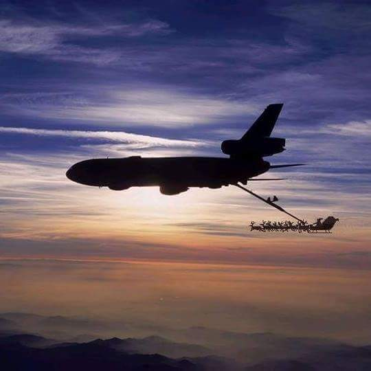 Confirmed: Santa is inbound from the North Pole. This photograph was taken a few minutes ago over Hudson Bay: https://t.co/ur7yiE0mOo