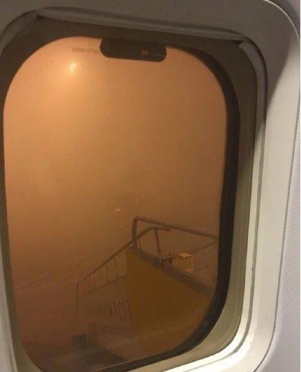 どこの惑星だよ( ꒪⌓꒪) | 昨日の中国北京(首都)空港。10m先が見えない https://t.co/SZCxoGIX9o