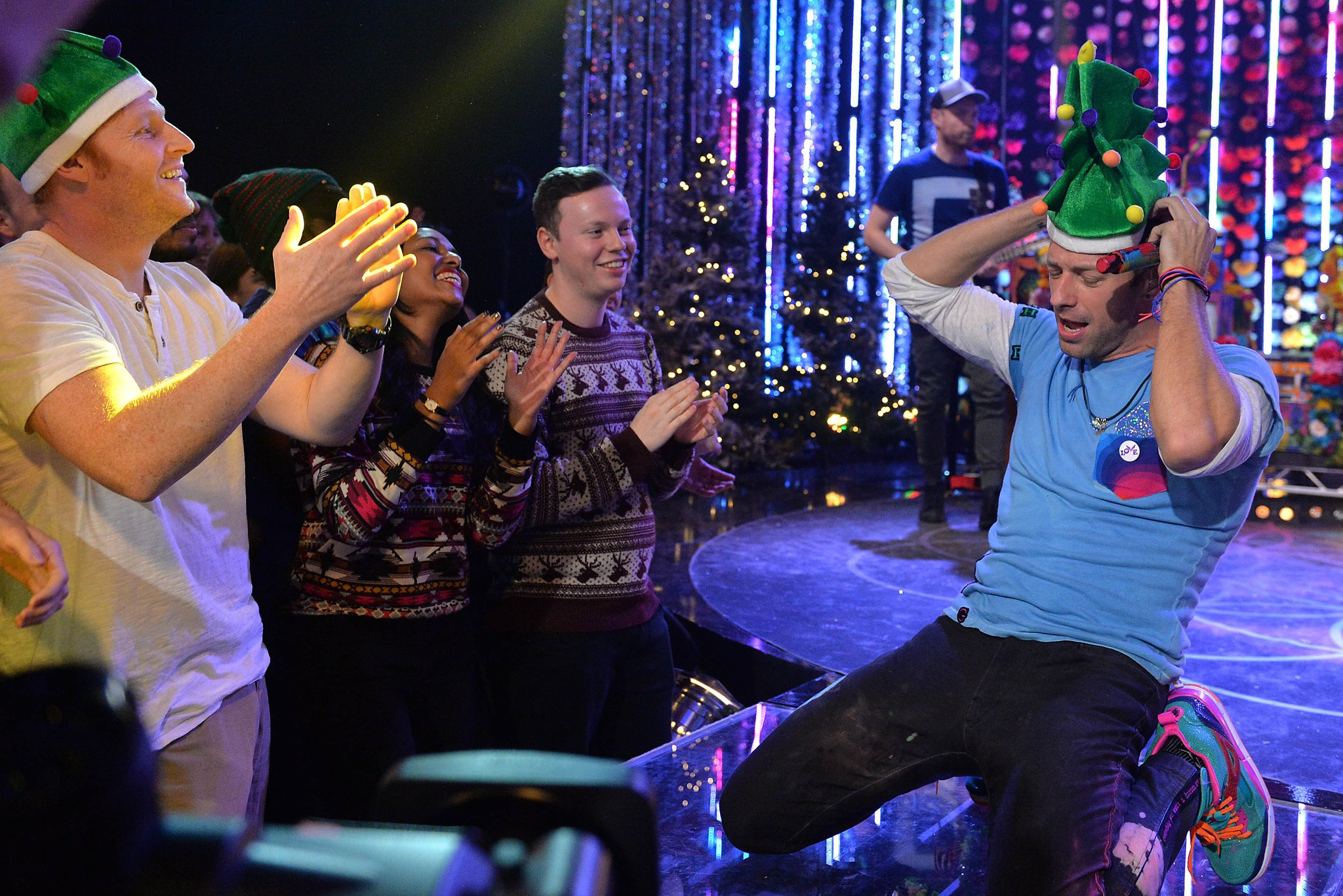 RT @bbcmusic: Go behind the scenes of Top of the Pops this Xmas (+enjoy Chris Martin from @coldplay's hat) https://t.co/Lr9KtZNA23 https://…