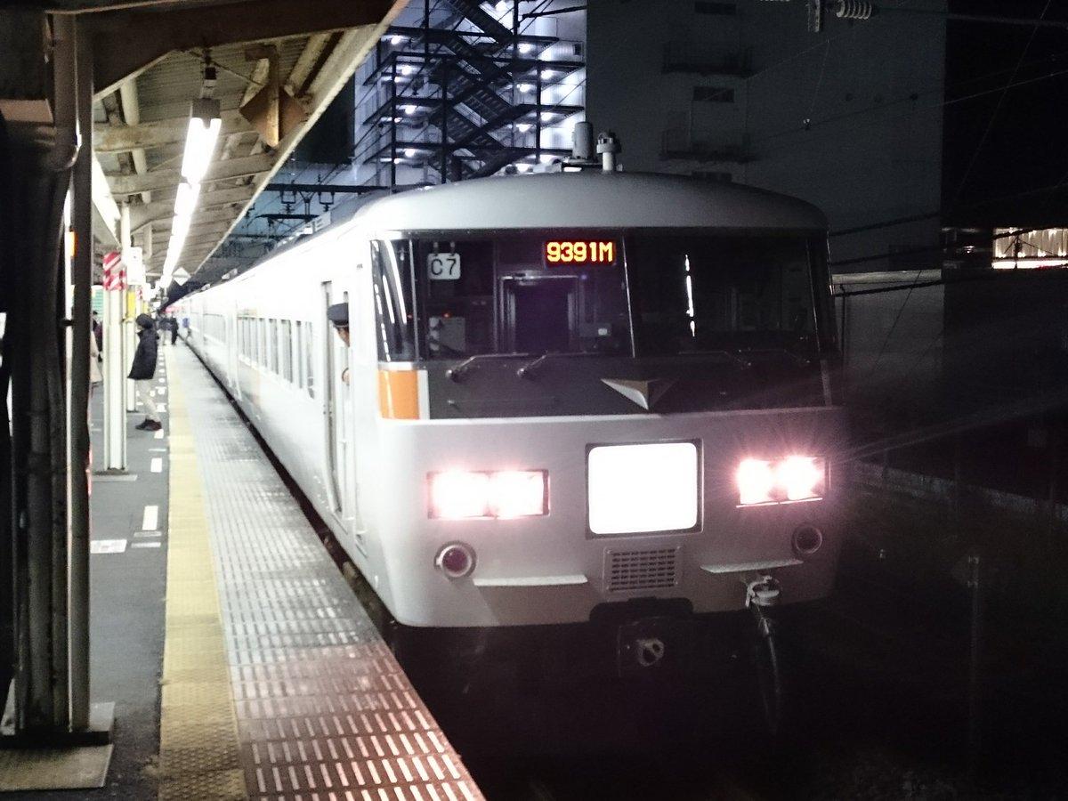 ムーンライトながら号(下り)、東横線人身事故の影響で乗り遅れた乗客を待つべく、小田原にて長時間停車中。 https://t.co/3PSQv4rLws