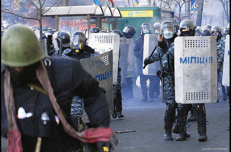 Київський Беркут стріляє з пістолета у спину протестувальника, що втікає. Вул. Грушевського, 18 грудня. https://t.co/Aw9wvL44t4
