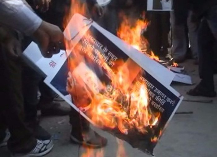 वाराणसी: जेटली का विरोध कर रहे AAP कार्यकर्ताओं ने @ArvindKejriwal का ही पोस्टर फूंक दिया। Reports:@DineshMishraNBT https://t.co/RKoZ7jhwls