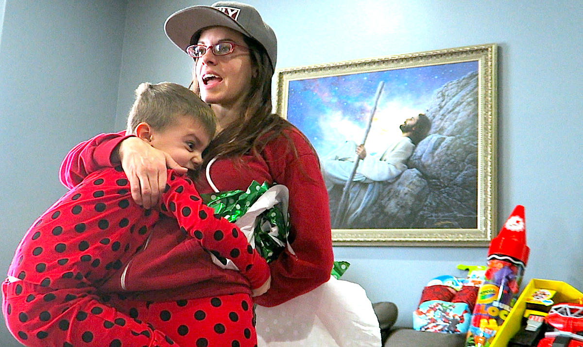 theres one last present to open under the tree and its the shaytards christmas special httpsyoutubelc55ajceet8 pictwittercomobdz9ijo60 - Shaytards Christmas