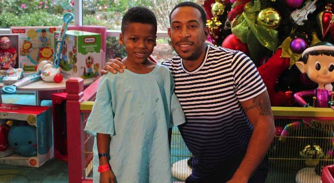 Ludacris Christmas.Christmas Luda Ludacris Brings Christmas Gifts Children