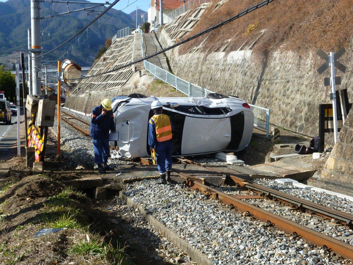 12時08分頃、飯田駅~切石駅間で、踏切内で自動車が列車の運行を支障しているため、飯田駅~天竜峡駅間で運転を見合わせています。そのため、上下線の一部の列車に運休や遅れが発生しています。 pic.twitter.com/yxhVevf8Ia