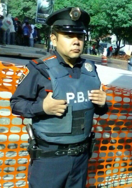 Bien por Sergio Soriano Buendía, policía que devolvió $42 mil a mujer que extravío bolsa en tienda de Polanco. #CDMX https://t.co/uHDXtxEY4D