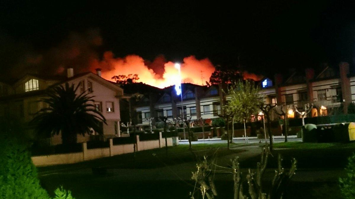 Enorme incendio en Munarrikolanda – Berango, los bomberos se juegan la vida  https://t.co/Aj4fwP0qMi  https://t.co/PKPvHZf0E8
