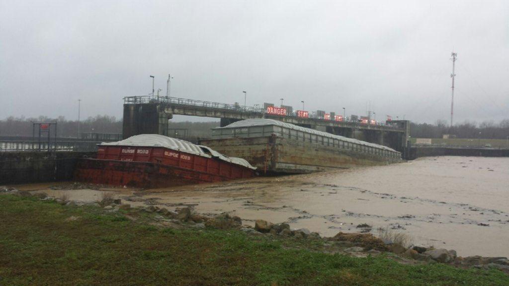 Barge sinks in Columbus, MS, blocking water flow through dam. #mswx https://t.co/kY4HbKhmqY @NWSJacksonMS @WTVAmatt https://t.co/kiZnYHZFUS
