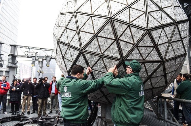 New York Ball Drop 2020.Three Sisters 2020 On Twitter Did You Know 288 Panels Of