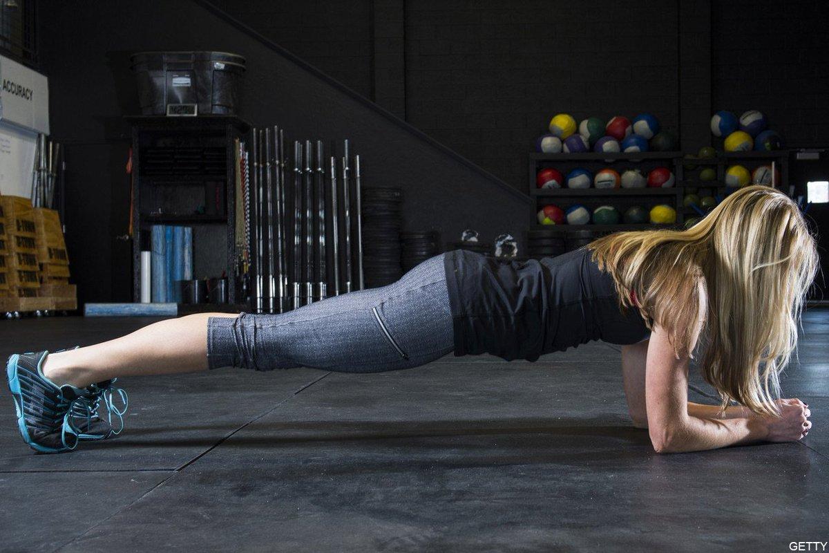 腹筋運動は時代遅れ https://t.co/shzhD1sAqL 専門家の多くは腹筋運動が背中の痛みにつながる可能性を指摘。写真のような「プランクポーズ」の方がより多くの筋肉を使い、背中を痛める可能性も低いそうです