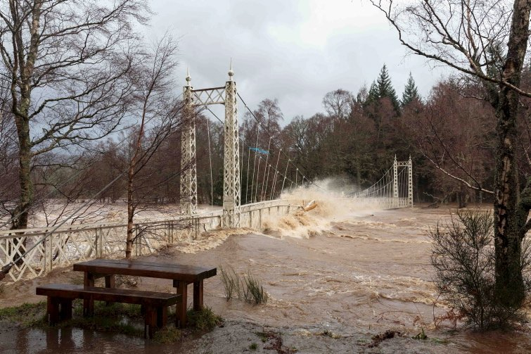 Incredible images show Cambus O' May bridge battered by raging River Dee #StormFrank https://t.co/PT9g3gnv07 https://t.co/rQlJgQOGAw