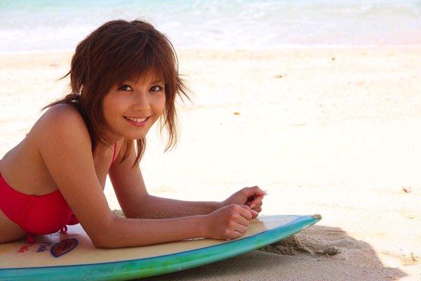 砂浜に寝そべる宇野実彩子