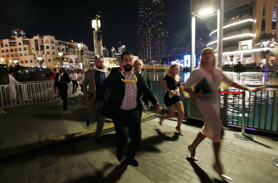 PHOTO: People run away as fire engulfs nearby Address Hotel in #Dubai https://t.co/rGQe4DYYWs https://t.co/Z1rXAu75Ca