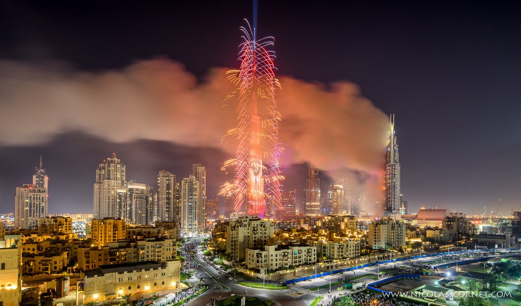 "The first 2016 photos of the year?  RT @Syricide: The ""show"" must go on ...   #Dubai   #DubaiFire https://t.co/m5iaTSGH1i"