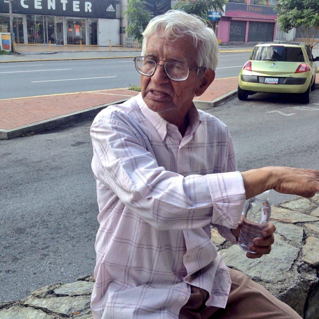 Este señor está perdido en la Av. Ávila de Altamira. Si alguien lo conoce póngase en contacto con nosotros. https://t.co/P57i7rSqI0