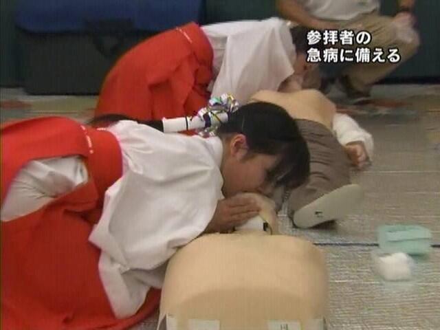 初詣で倒れるとJKのバイト巫女が人工呼吸をしてくれると判明