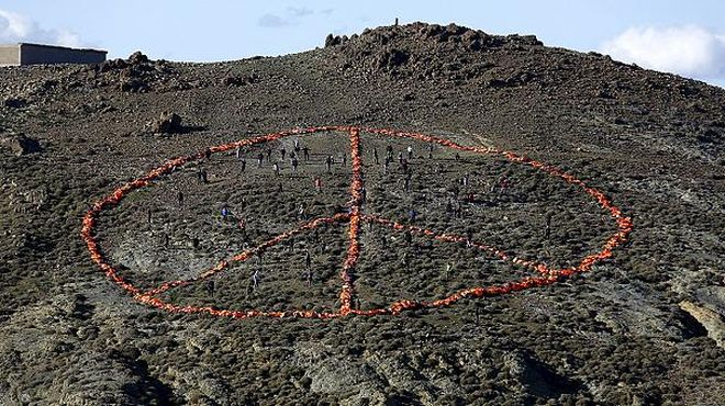 "Lesvos island, GR. Life jackets.  ""Μessage to humanity"": Landscape art on field. 1.1.2016 https://t.co/MNoolwm5fI"