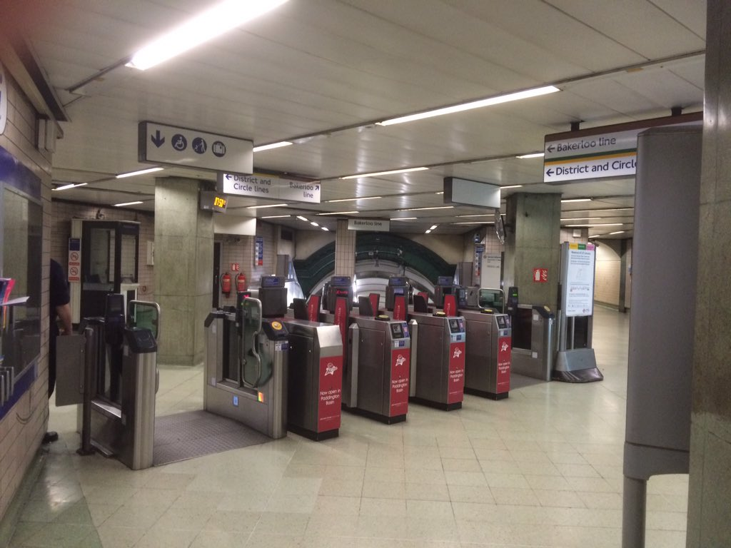 Open barriers on the underground in London due to failure of Oyster card system. https://t.co/OsrRPB6czI