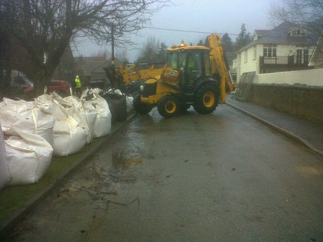 500x1 tonne sandbags along Salisbury Road #Ballater to help protect golf course/campsite area from flooding. https://t.co/LFItjO7y1X