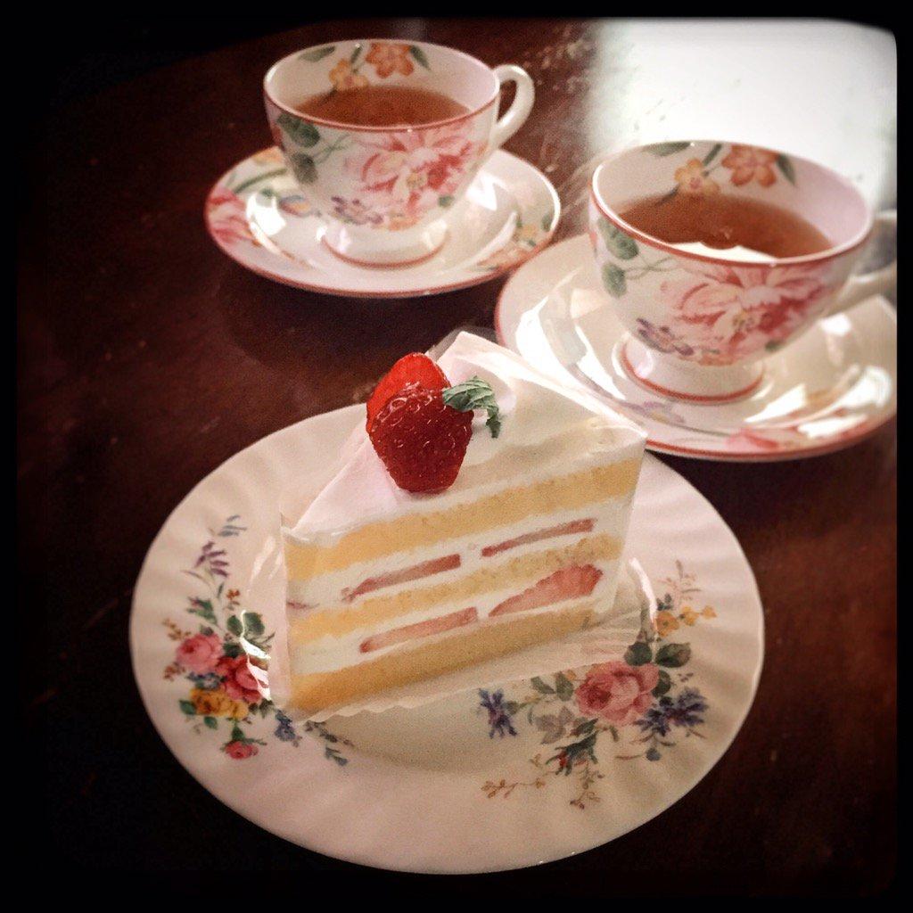 2016年スイーツ始め。お散歩途中で可愛いケーキ屋さんを見つけました。おすすめのショートケーキはふんわり軽くてしっとり、紅茶に似合う優しい味でした。fluffy strawberry cake #japanesefood https://t.co/blI6Fu79DA