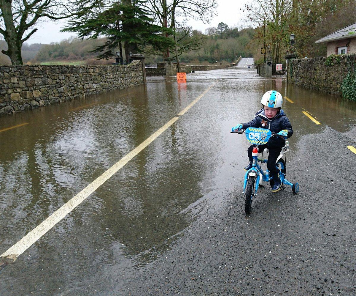 Garda Checkpoint at Knocklofty Bridge Flood Defence Point. #Clonmel https://t.co/9nToNmEpAC