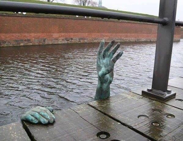 Esta estatua ha aparecido en Dinamarca. En homenaje a los #refugiados, vía @urruzola https://t.co/hdE1IfGmox