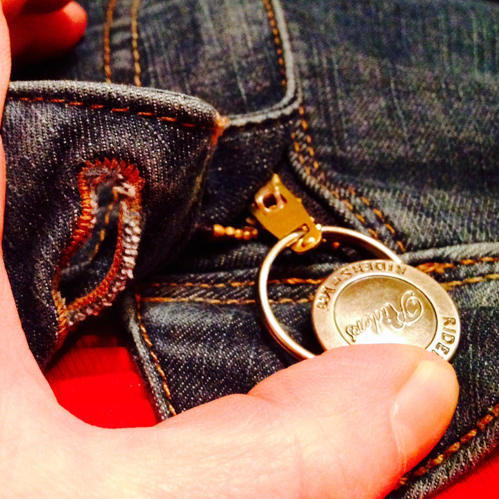 I fixed the broken zipper on my jeans with a keyring! When it's buttoned you can't see the fix :) #lifehack https://t.co/fcOCE9gU5n