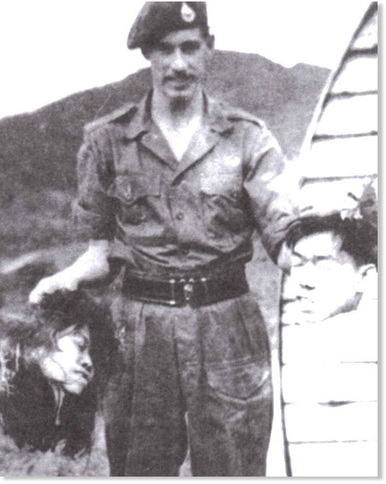 ISIS aren't innovators in the severed-head-photo world. Here's a UK soldier w heads of two Malayan guerrillas, 1950. https://t.co/zejVPF2mJe