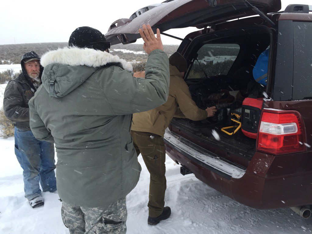 #bundymilitia supplies head into blocked off camp. Appears to be fuel, food, hiking boots. #burnsoregon https://t.co/yXWfmEu7AJ