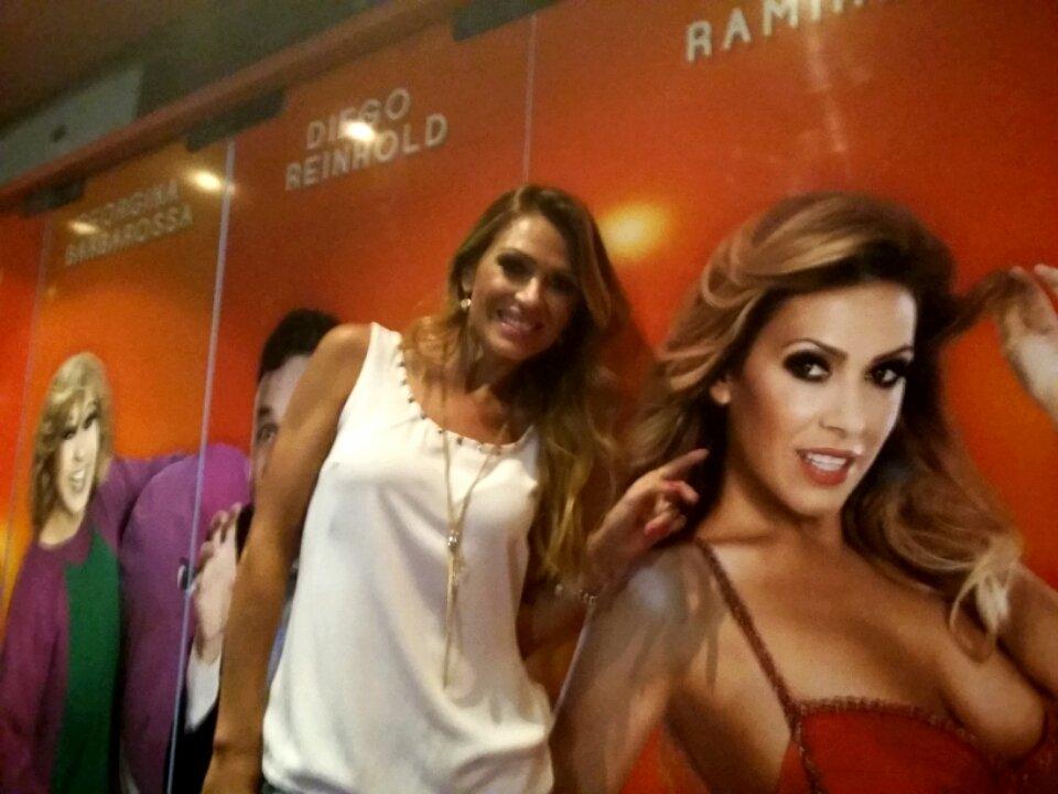 @cokiramirez y #SofiaReyes en la puerta del @teatro_dellago después de una espectacular función de @clubestafadores https://t.co/NFZjS4CLqI
