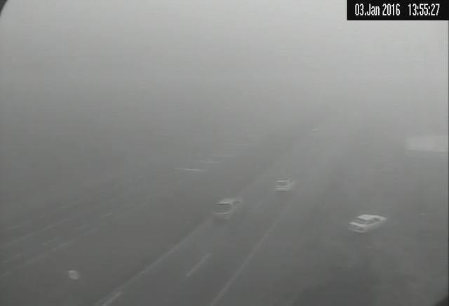 Serra continua com neblina intensa nesta tarde de domingo. Tráfego é elevado no local. Redobre a atenção! https://t.co/1B0alKEecd