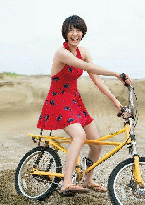 自転車に乗っている大沢ひかる